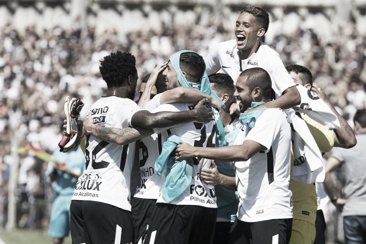 Com dois gols em cada tempo, Corinthians goleia Paraná fora de casa