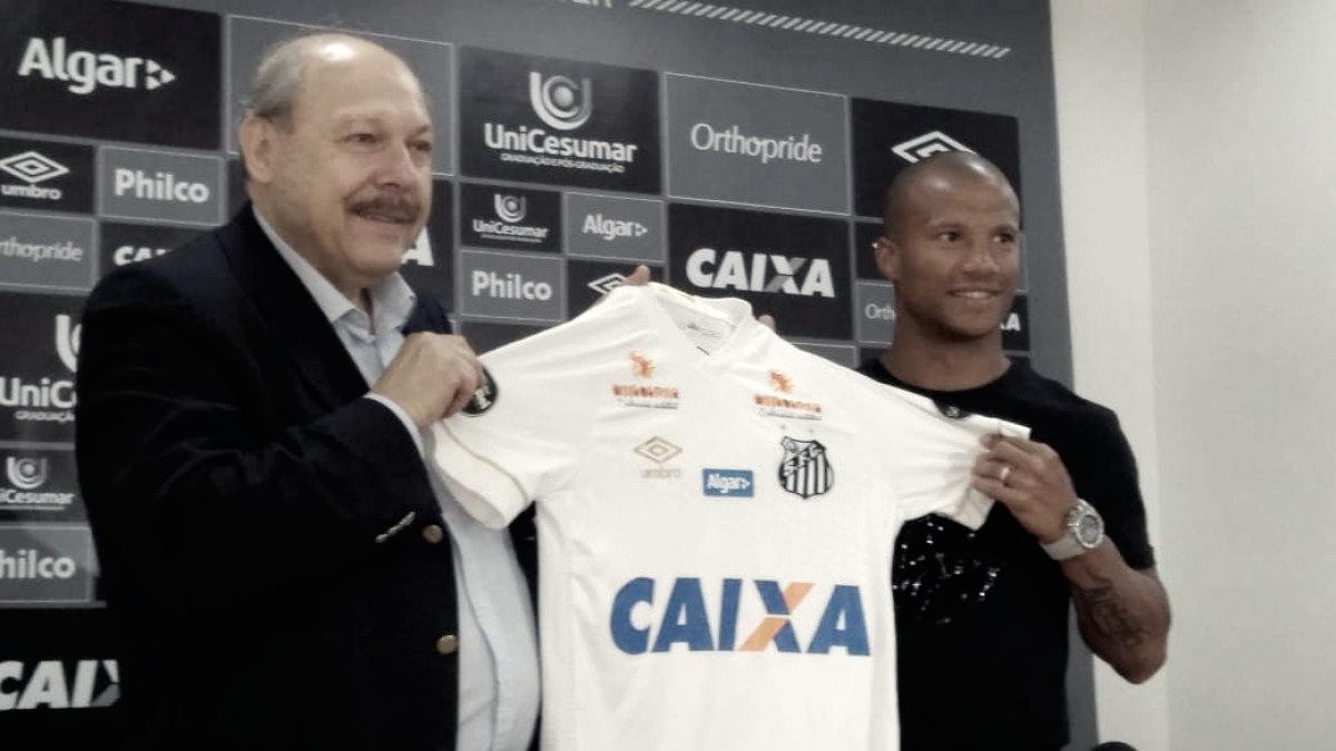 """Em evento no Business Center, Carlos Sánchez é apresentado no Santos: """"É um orgulho"""""""