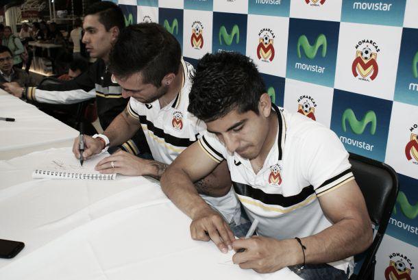 Monarcas en firma de autógrafos