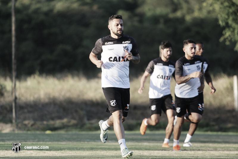 "Felipe Azevedo lamenta chances perdidas, mas ressalta que Ceará ""segue vivo na briga"""