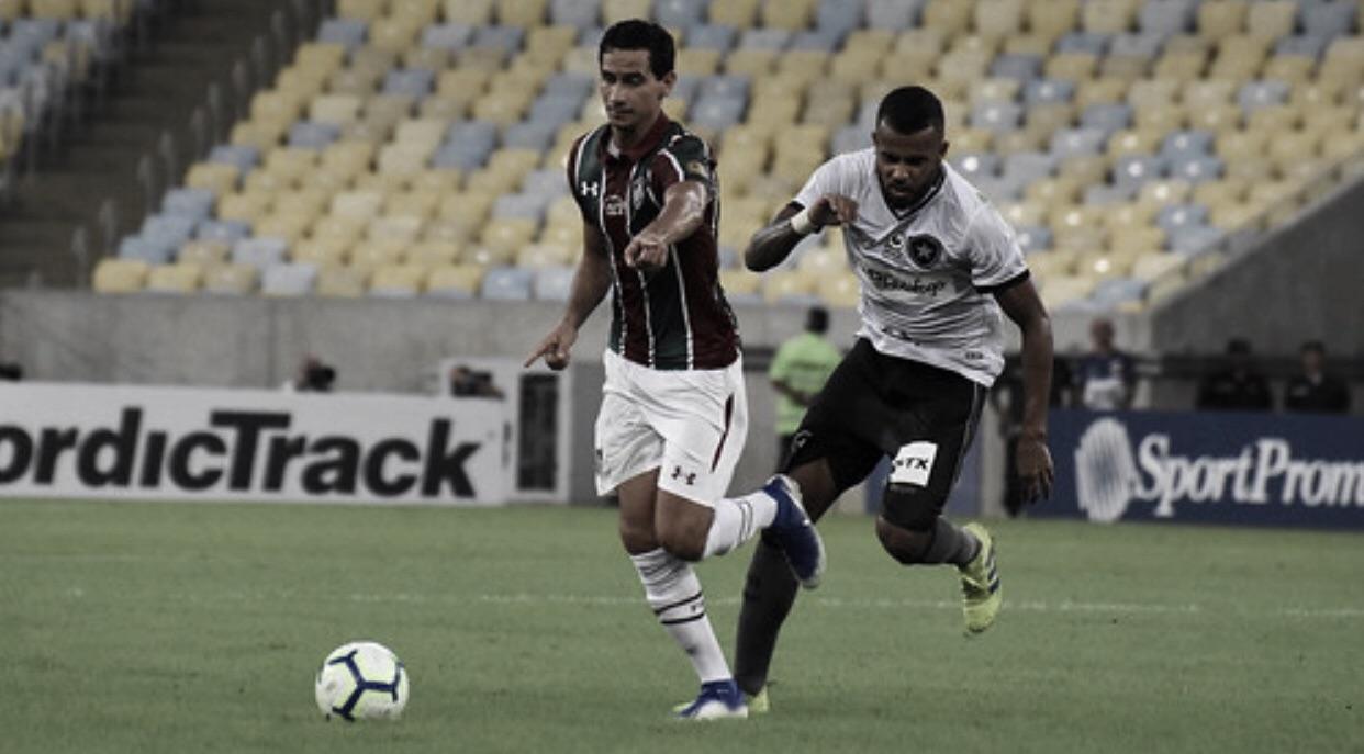 Botafogo sobrevive à pressão e vence clássico contra Fluminense