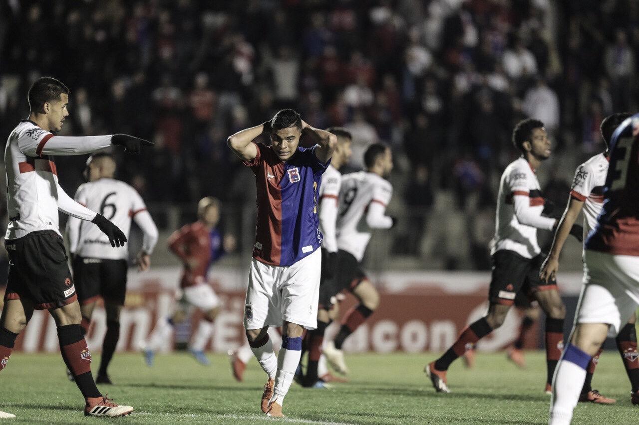 Paraná e Atlético-GO não aproveitam chances e deixam a Vila Capanema sob empate