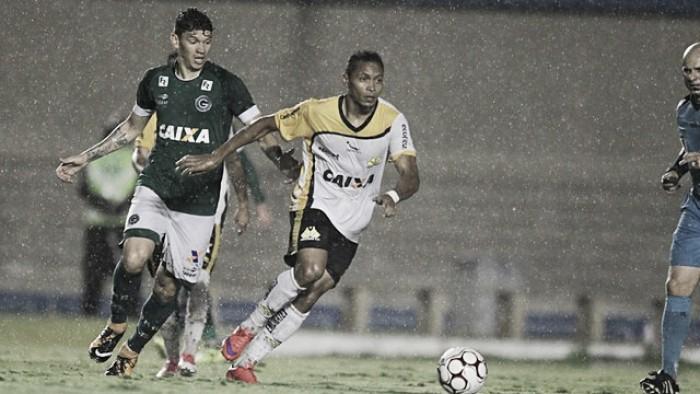 Sob forte chuva, Goiás empata com Criciúma e segue no meio da tabela