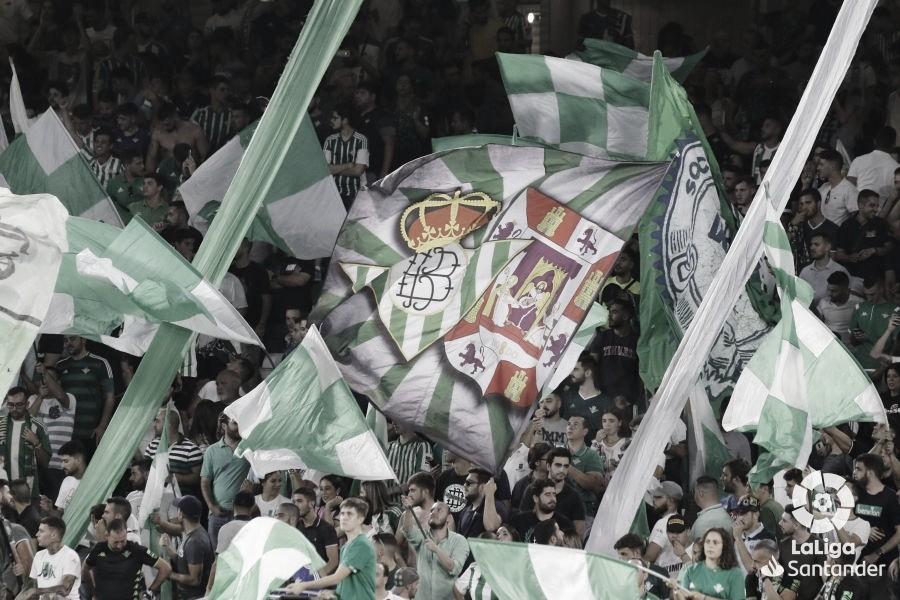 El Betis se une a su afición y visita la Peña Cultural de Brenes