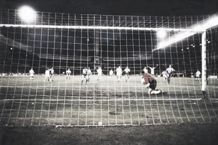El penalti de Djukic: sueño roto para los deportivistas y alegría para el valencianismo