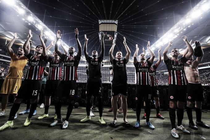 """Hütter agradece torcedores em avanço do Eintracht aos grupos da UEL: """"Nos empurraram"""""""