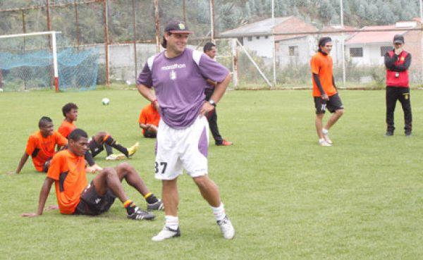 Fabian Frías espera a jugadores para confirmar alineación