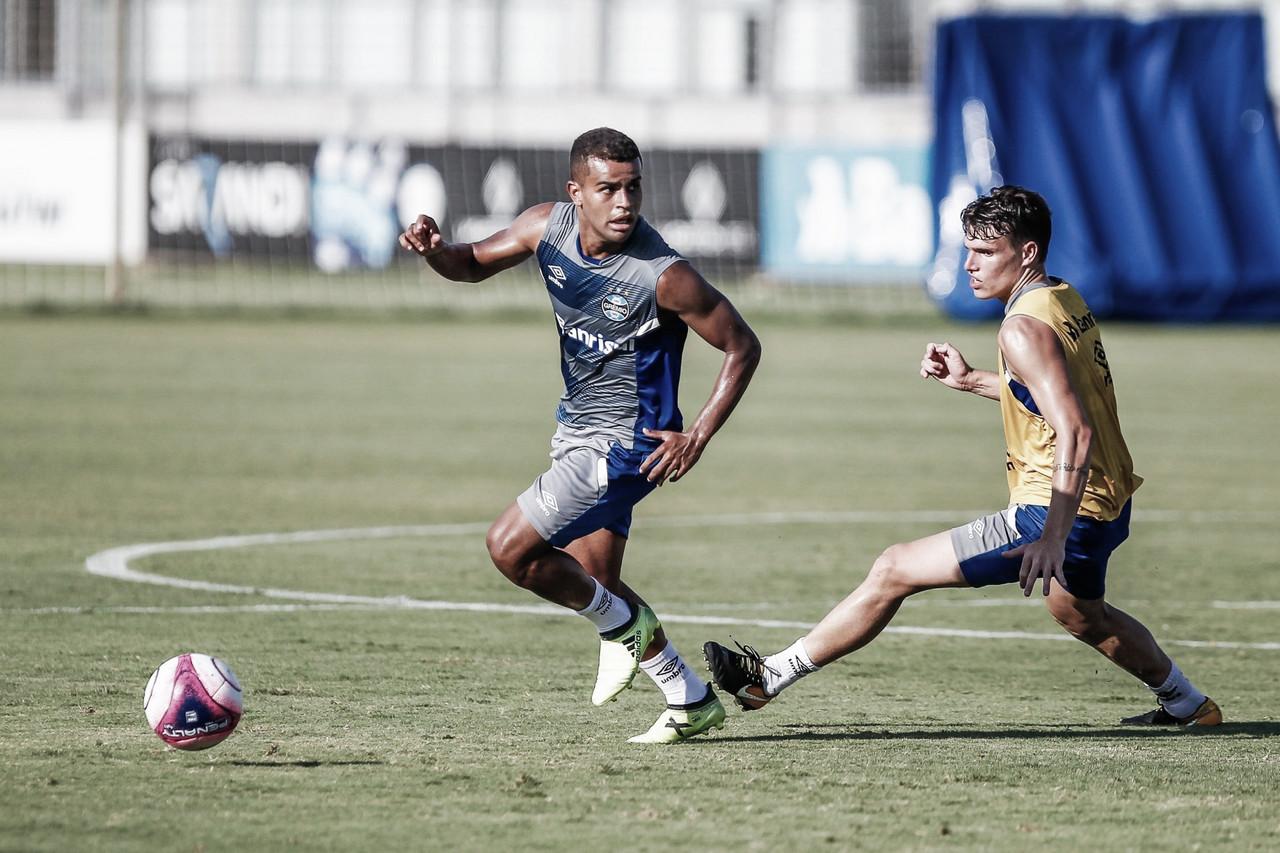 Após choque com Marinho, Vico deixa gramado carregado e preocupa no Grêmio