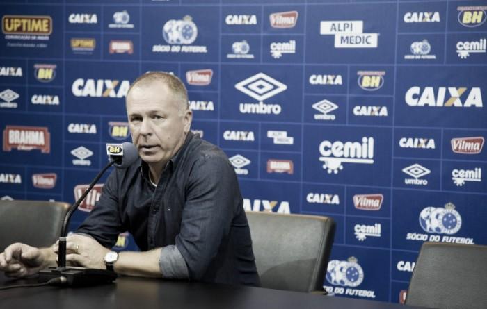 """Mano Menezes reclama de critério do árbitro em lance envolvendo Sóbis: """"Abusou da autoridade"""""""