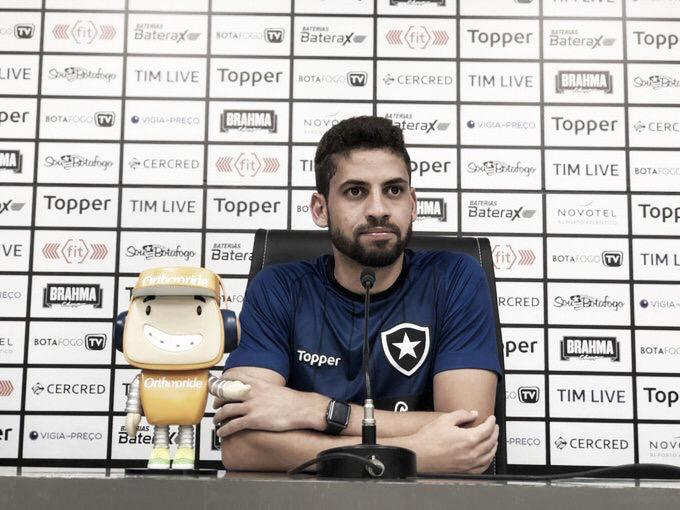 """Gabriel se declara ao Botafogo: """"Foi uma das melhores coisas que eu fiz na minha vida"""""""