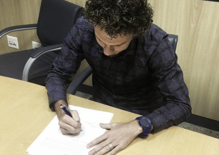 Rafael Galhardo assina com Cruzeiro, mas segue sem previsão de retorno aos gramados