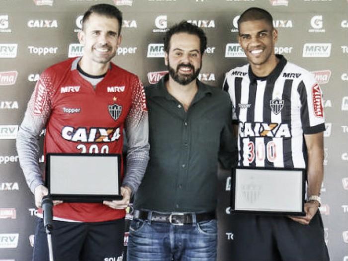 Atlético-MG homenageia Victor e Leonardo Silva pela marca de 300 jogos