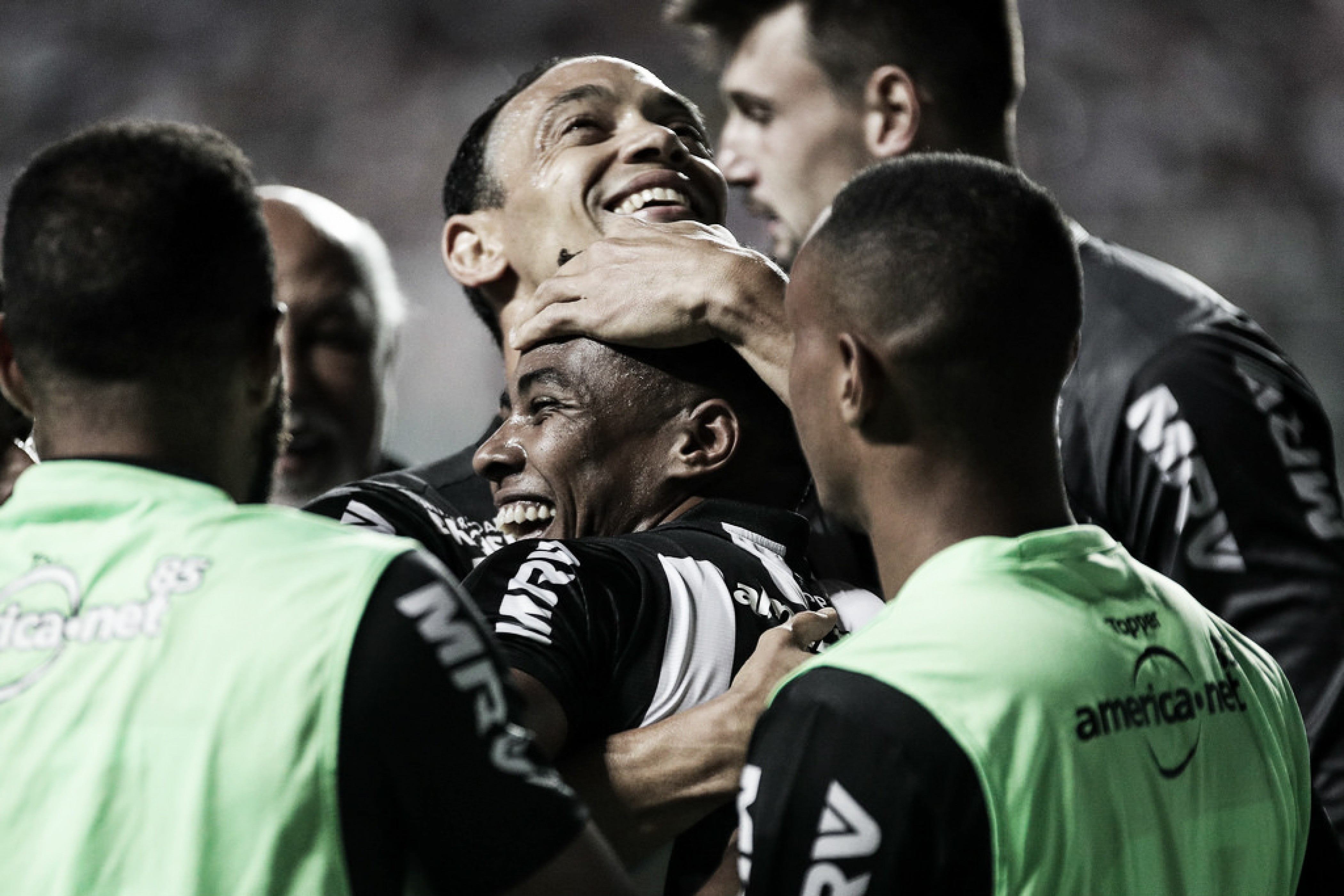 Atlético-MG vence Atlético-PR de virada e sobe na tabela do Brasileirão