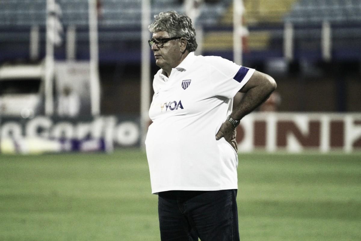 """Geninho reclama da escalação de trio goiano para partida do Avaí: """"Erro grave"""""""