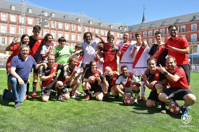 Rayo Vallecano Genuine y el equipo de la Liga Nacional, se enfrentaron en la Plaza Mayor