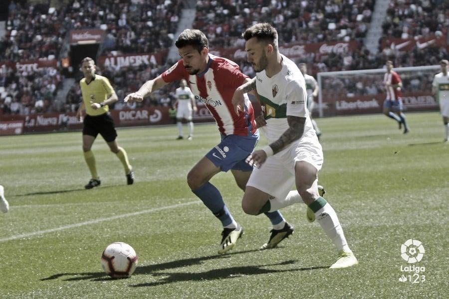 André Geraldes pugnando por un balón ante el Elche. Fuente: LaLiga