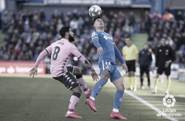 Fekir y Olivera disputan un balón durante el partido entre ambos equipos en el Coliseum // Fuente: LaLiga