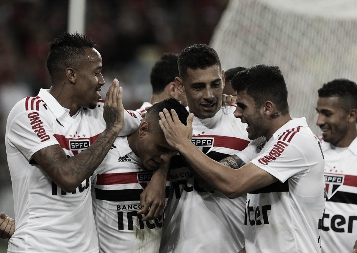 Com direito a lei do ex, São Paulo vence Flamengo e cola na liderança