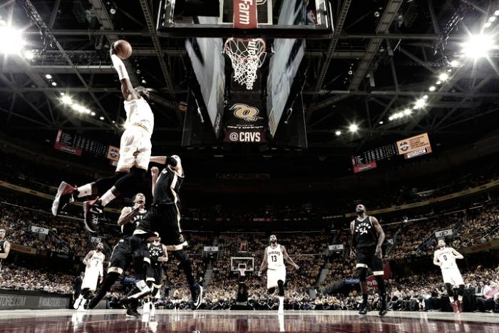 Com novo show de LeBron James, Cavaliers batem Raptors e ampliam placar na série