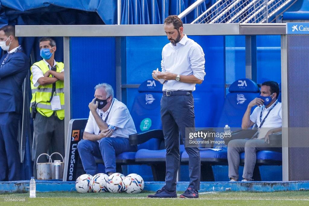 Instantánea de Pablo Machín, durante un partido del Deportivo Alavés, tomando apuntes | Fuente: Getty Images (Soccrates Images)