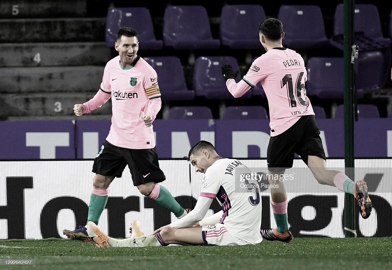 FELIZ. Messi(izquierda) celebra su gol, en el festejo se une Pedri(16), en el suelo lo sufre Javi Sánchez(5). Foto; Getty images