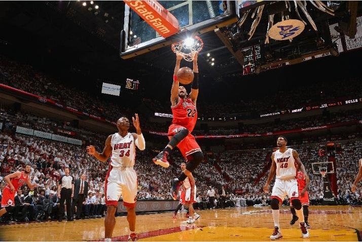 Chicago Bulls vence Miami Heat, fora de casa, e sai na frente na semifinal de conferência