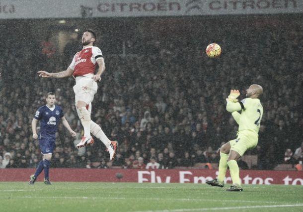 Giroud e Koscielny incornano l'Everton: Arsenal primo per una notte