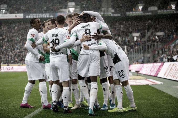 M'gladbach goleia Ausburg e assume liderança da Bundesliga