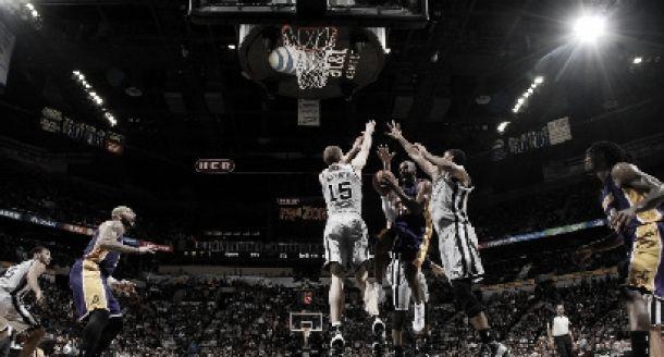I Lakers vincono a San Antonio; Kobe Bryant ad un passo da Michael Jordan