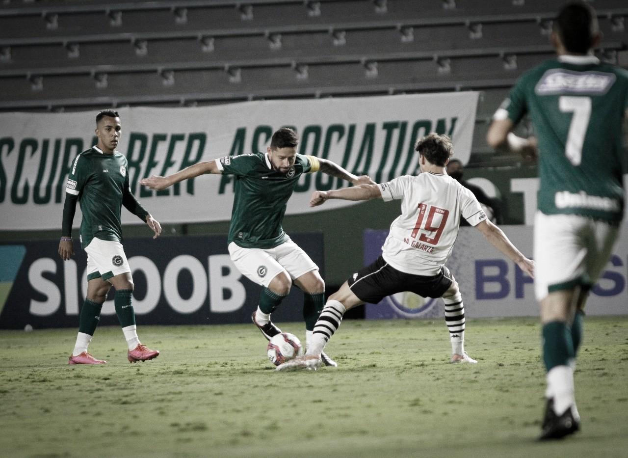 Goiás aproveita expulsão relâmpago, bate Vasco e volta ao G-4 da Série B