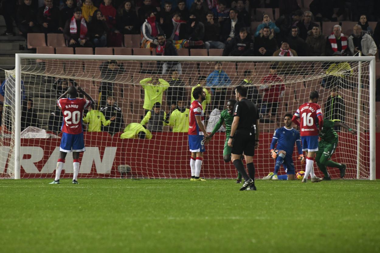 La solidez defensiva del Granada CF, en horas bajas