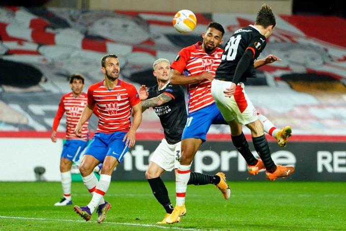 Yangel remata de cabeza un balón | FOTO: Pepe Villoslada / Granada CF