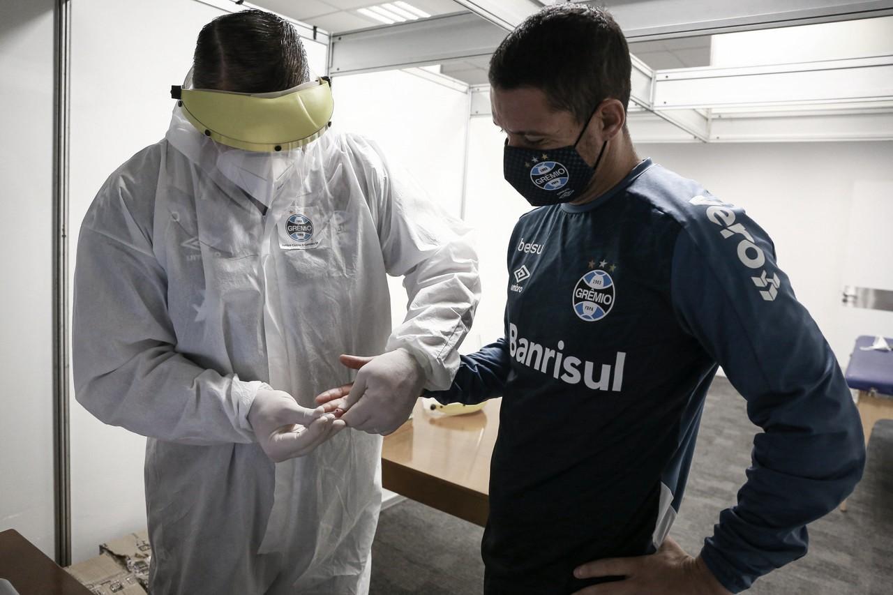 Dois jogadores do Grêmio são afastados após testarem positivo para Covid-19