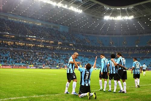 Com gol de Elano, Grêmio vence o Vitória na Arena