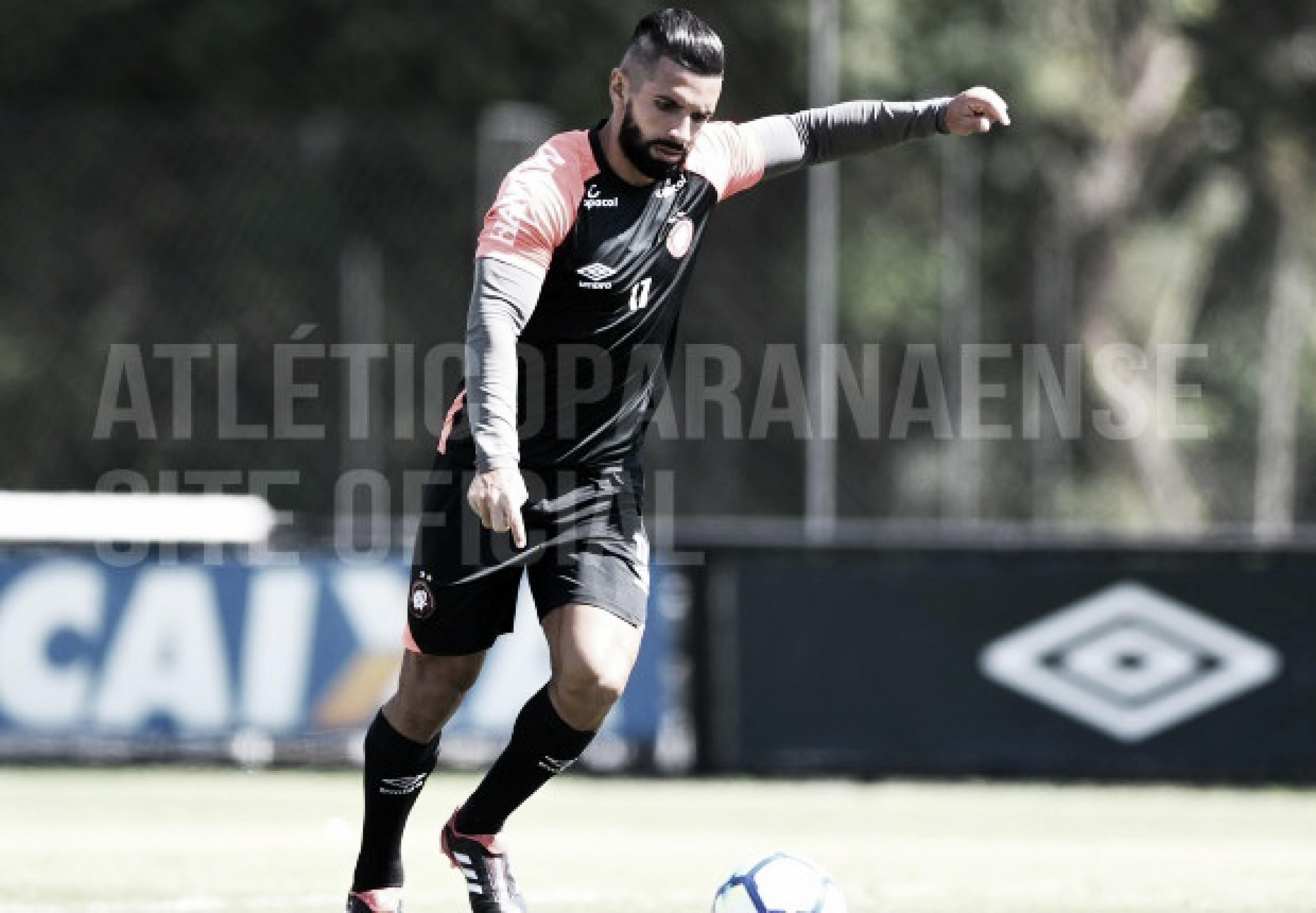 Guilherme volta a atuar pelo Atlético-PR e é vaiado pela torcida