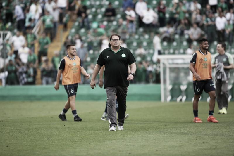 Guto Ferreira não resiste à derrota para o Vitória e é demitido da Chapecoense