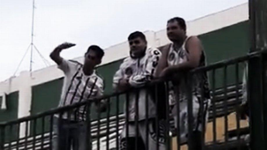 Torcedores do Figueirense imitam avião após derrota para a Chapecoense