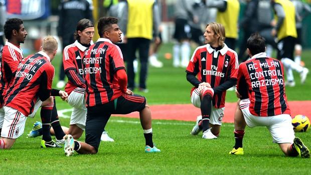 Jogadores do Milan com a camisa anti racismo (Foto: AFP)