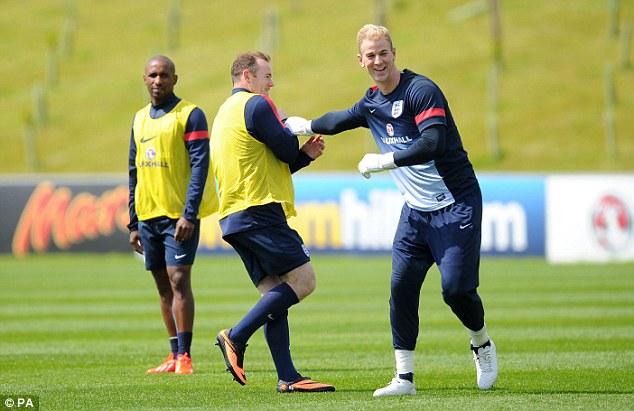 Wayne Rooney (frente, esq.) e Joe Hart são dois dos principais destaques da Seleção da Inglaterra (Foto: Agência Reuters)