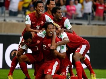 Atletas do Taiti comemoram gol do Taiti contra a Nigéria