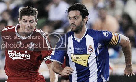 Steven Gerrard y Dani Jarque, los capitanes del partido. (Foto: britishfootballstories.wordpress.com)