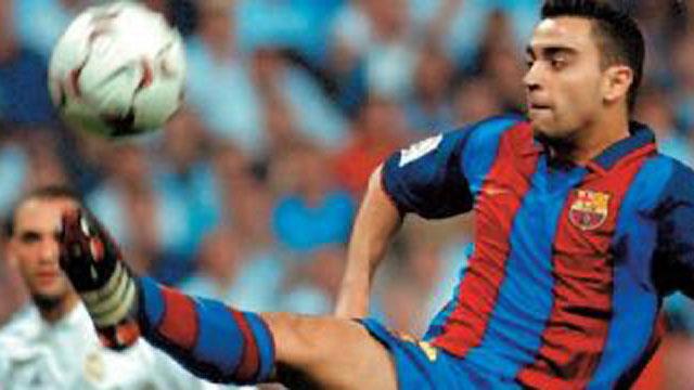 Xavi en la acción de su gol en el Santiago Bernabeu con el que le dio la victoria al Barça en 2004 (Fuente: RTVE)