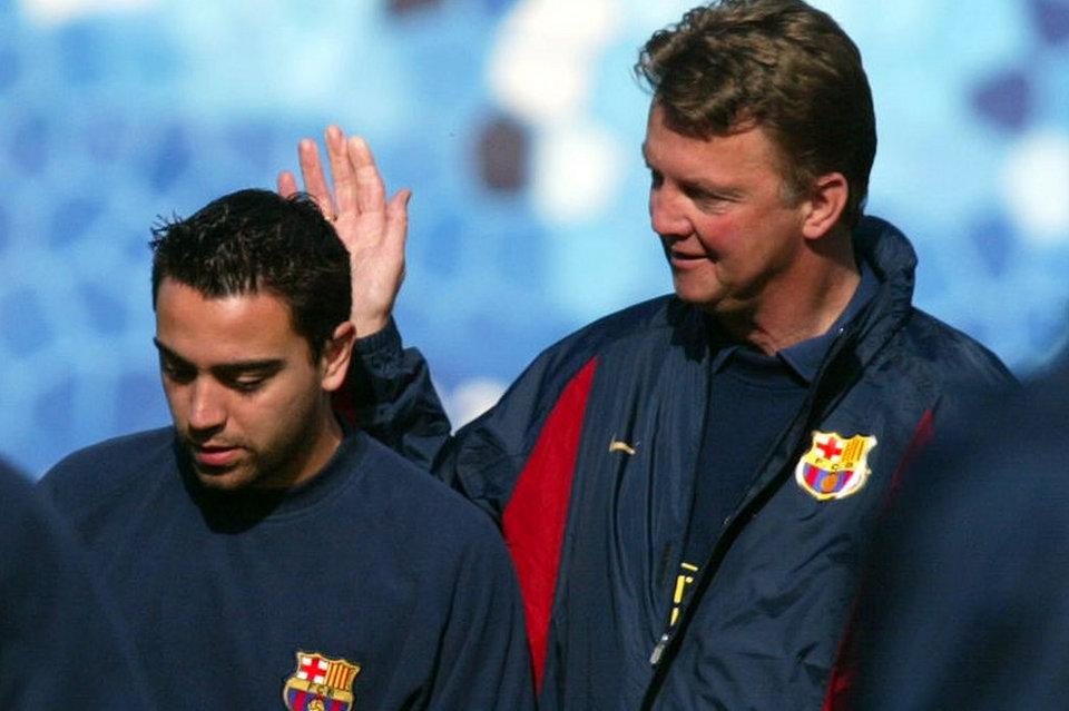 Xavi junto a Van Gaal, el entrenador que le dio la oportunidad de jugar en el primer equipo y con el que se ganaría la titularidad años después. (Fuente: Mundo Deportivo).