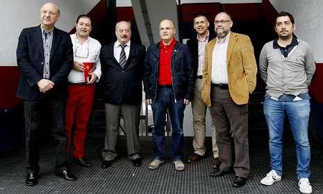 La directiva rojilla con responsables del Concello y Diputación de Ourense. Foto: Santi M. Amil.