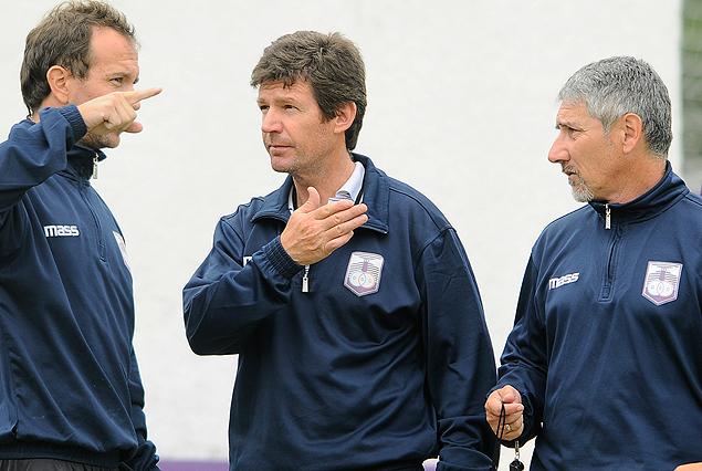 El Profesor Paolo Copatti, Fernando Curutchet y Gerardo Miranda en el momento de asumir como técnicos de Defensor Sporting. (Tenfield)