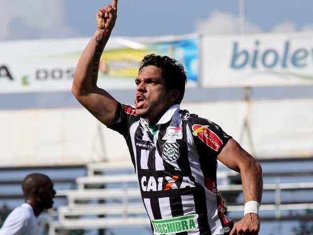 Festa de Éverton Santos: ele marcou o gol do empate com o Bragantino em 1 a 1 que garantiu o acesso pro Figueira (Foto: Luís Moura / Gazeta Press)