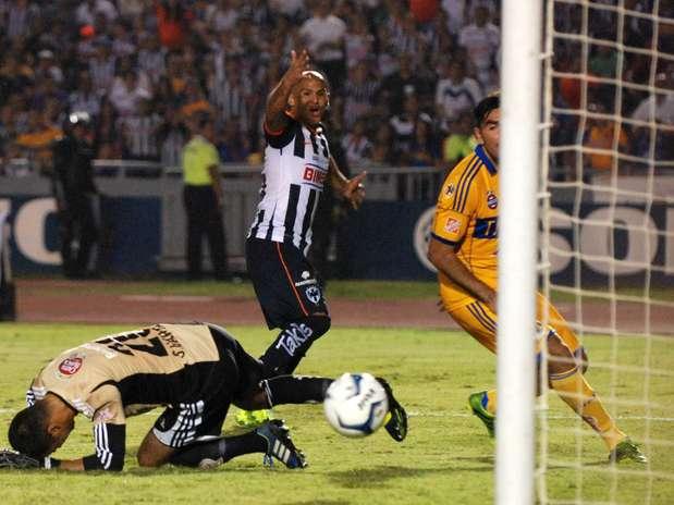 http://p1.trrsf.com/image/fget/cf/619/464/images.terra.com/2013/10/03/golsuazo11002.jpg