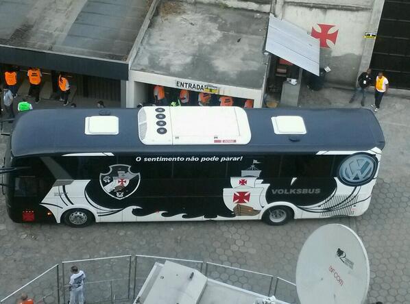 19h10 Ônibus com o elenco do Vasco já chegou à São Januário.
