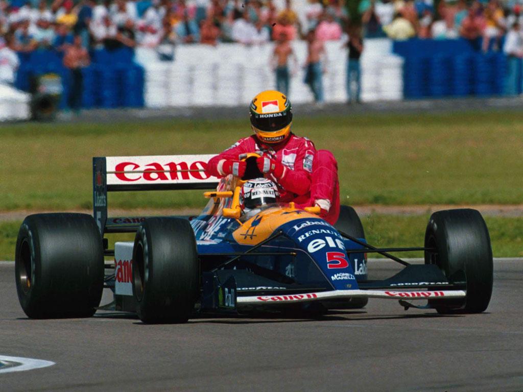 Nigel Mansell lleva a Senna tras quedarse el brasileño sin combustible | Foto: taringa.net