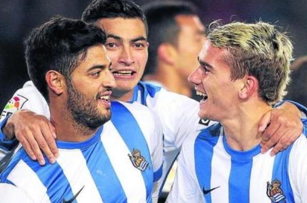 Carlos Vela y Griezmann celebran un gol. Fuente: Mundo Deportivo
